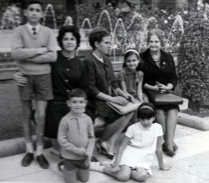 YO,MAMA,FINA,JUANA,ENCARNA y abajo MARIANO (O ANGEL???) Y CONCHI